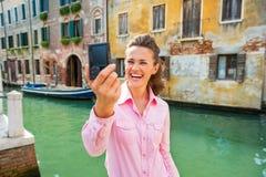 Mujer joven que hace el selfie en Venecia, Italia Imágenes de archivo libres de regalías