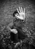 Mujer joven que hace gesto de la parada Fotos de archivo