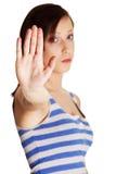 Mujer joven que hace gesto de la parada.   Fotos de archivo