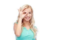 Mujer joven que hace gesto de mano aceptable Foto de archivo libre de regalías