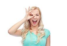 Mujer joven que hace gesto de mano aceptable Imagen de archivo libre de regalías