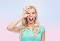 Mujer joven que hace gesto de mano aceptable Imagenes de archivo