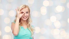 Mujer joven que hace gesto de mano aceptable Imágenes de archivo libres de regalías