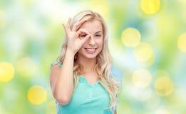 Mujer joven que hace gesto de mano aceptable Imagen de archivo