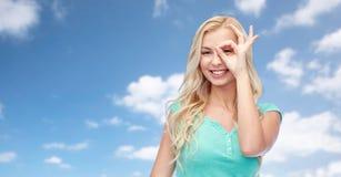 Mujer joven que hace gesto de mano aceptable Fotos de archivo libres de regalías