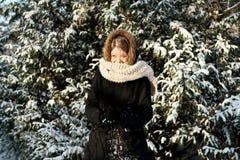 Mujer joven que hace la bola de nieve Imagenes de archivo