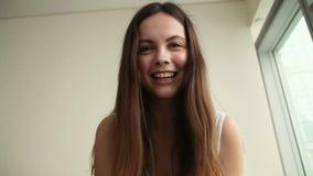 Mujer joven que hace la llamada video almacen de metraje de vídeo