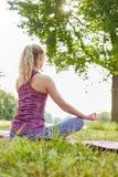 Mujer joven que hace la meditación de la yoga Imagen de archivo