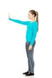 Mujer joven que hace la muestra de la parada Imágenes de archivo libres de regalías