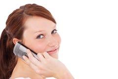 Mujer joven que hace llamada de teléfono Foto de archivo libre de regalías