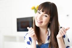 Mujer joven que hace los pulgares encima del gesto con las manos imagen de archivo libre de regalías