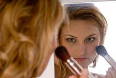 Mujer joven que hace maquillaje Imagen de archivo