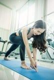 Mujer joven que hace movimientos o meditar de la yoga Foto de archivo libre de regalías
