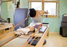 Mujer joven que hace Pilates Fotografía de archivo