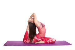 Mujer joven que hace practicar entrenando al ejercicio de la yoga aislado en la atención sanitaria blanca del fondo Imágenes de archivo libres de regalías