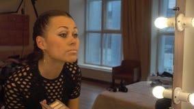 Mujer joven que hace su makeu almacen de video