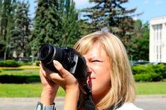 Mujer joven que hace un cuadro Fotos de archivo libres de regalías