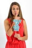 Mujer joven que hace un gesto hushing Imagen de archivo