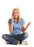 Mujer joven que hace una llamada de teléfono Foto de archivo libre de regalías