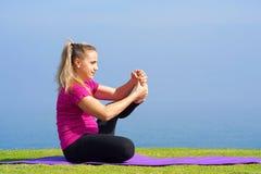 Mujer joven que hace yoga Fotos de archivo libres de regalías