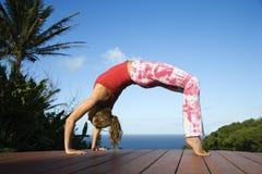 Mujer joven que hace yoga Fotografía de archivo libre de regalías