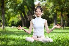 Mujer joven que hace yoga Imagen de archivo libre de regalías