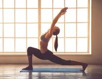 Mujer joven que hace yoga Imagenes de archivo