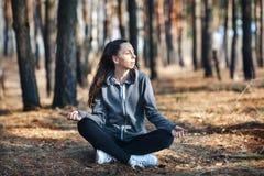 Mujer joven que hace yoga al aire libre en el bosque fotografía de archivo libre de regalías