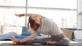 Mujer joven que hace yoga en estudio metrajes