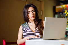 Mujer joven que hojea Internet Fotografía de archivo