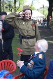 Mujer joven que honra a militares Celebración de Victory Day en Moscú Imagen de archivo libre de regalías