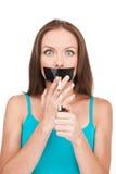 Mujer joven que intenta abandonar el fumar Fotos de archivo