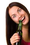 Mujer joven que intenta abrir una botella de cerveza Fotos de archivo