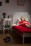 Mujer joven que intenta dormir Imagen de archivo libre de regalías
