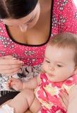 Mujer joven que introduce a su hija del bebé Fotografía de archivo libre de regalías