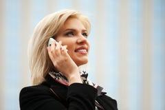 Mujer joven que invita al teléfono Foto de archivo libre de regalías
