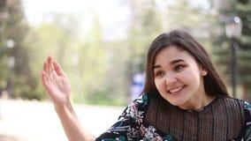 Mujer joven que invita alguien que venga almacen de video