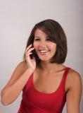 Mujer joven que invita a un teléfono celular imágenes de archivo libres de regalías