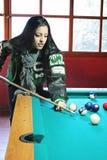 Mujer joven que juega al billar en invierno Fotografía de archivo libre de regalías