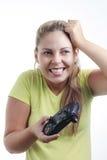 Mujer joven que juega al videojuego con la palanca de mando Imágenes de archivo libres de regalías
