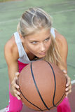 Mujer joven que juega a baloncesto imagen de archivo