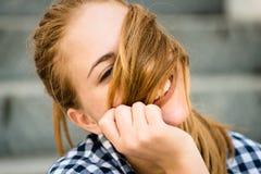 Mujer joven que juega con el pelo Foto de archivo libre de regalías