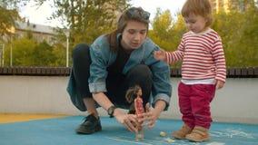 Mujer joven que juega con la muñeca almacen de video