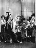 Mujer joven que juega con las marionetas en la secuencia (todas las personas representadas no son vivas más largo y ningún estado imágenes de archivo libres de regalías