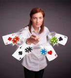 Mujer joven que juega con las tarjetas y los microprocesadores del póker Imagen de archivo libre de regalías