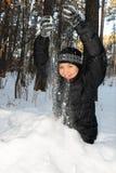Mujer joven que juega con nieve Foto de archivo