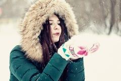 Mujer joven que juega con nieve en parque Fotos de archivo libres de regalías