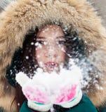 Mujer joven que juega con nieve en parque Fotografía de archivo