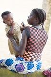 Mujer joven que juega con su bebé Foto de archivo