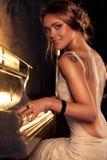 Mujer joven que juega el piano Imágenes de archivo libres de regalías